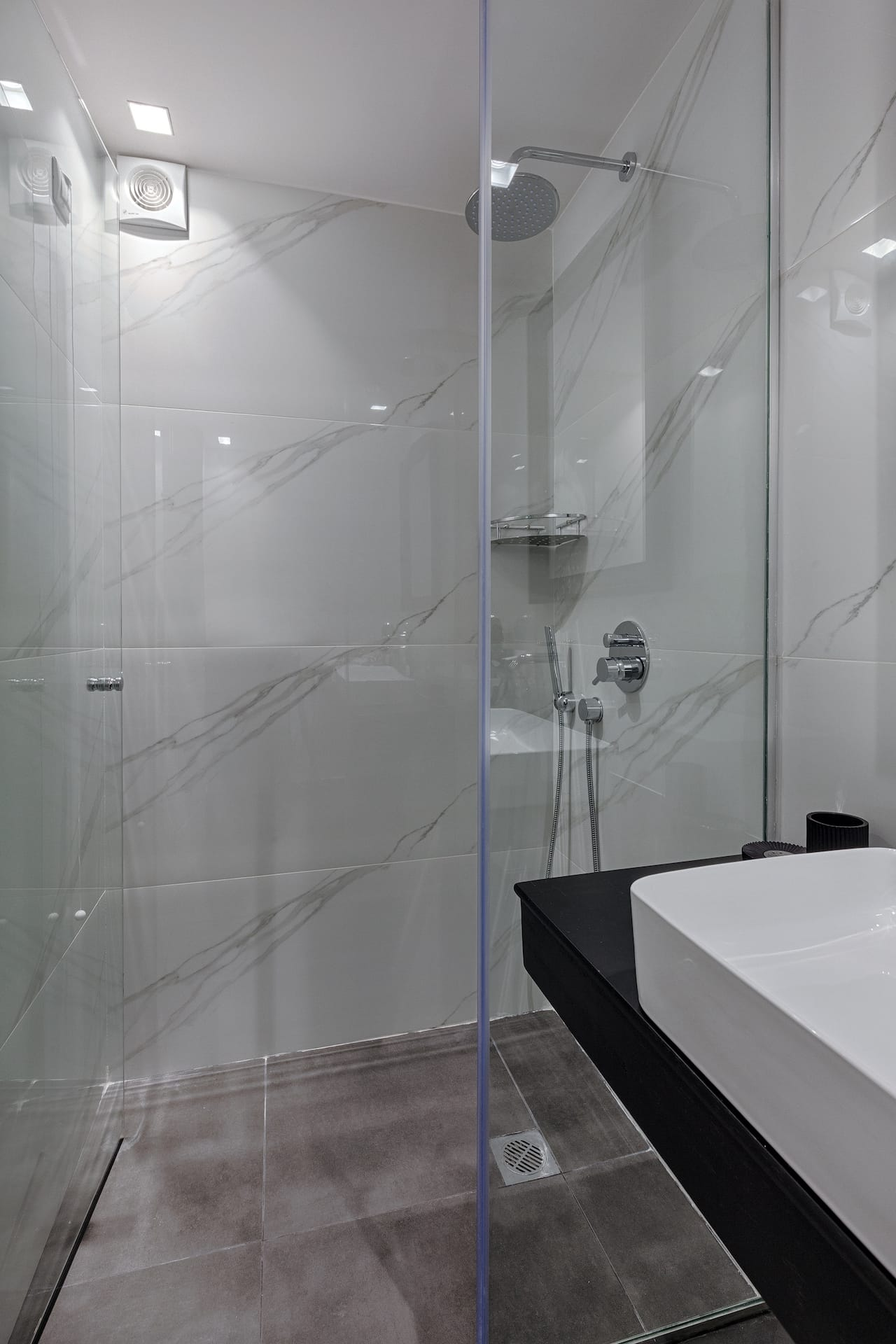 Modern bathrooms, equipped with a large shower with glass screen, basin, mirror and more.